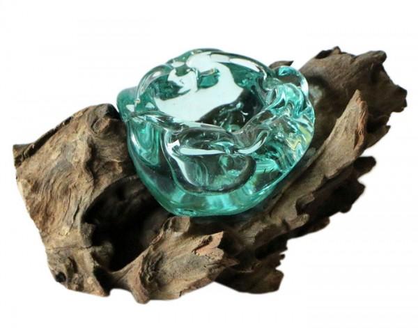 Glas-Aschenbecher auf Wurzelholz